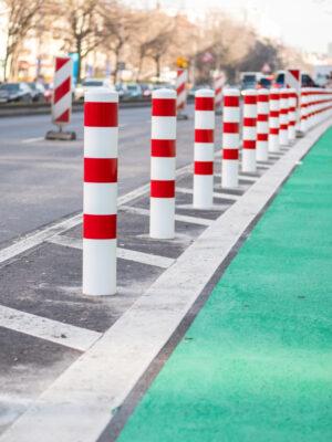 Poller und Sicherheitsstreifen an einer Protected Bike Lane in Berlin Quelle: Philipp Böhme, CC0 1.0