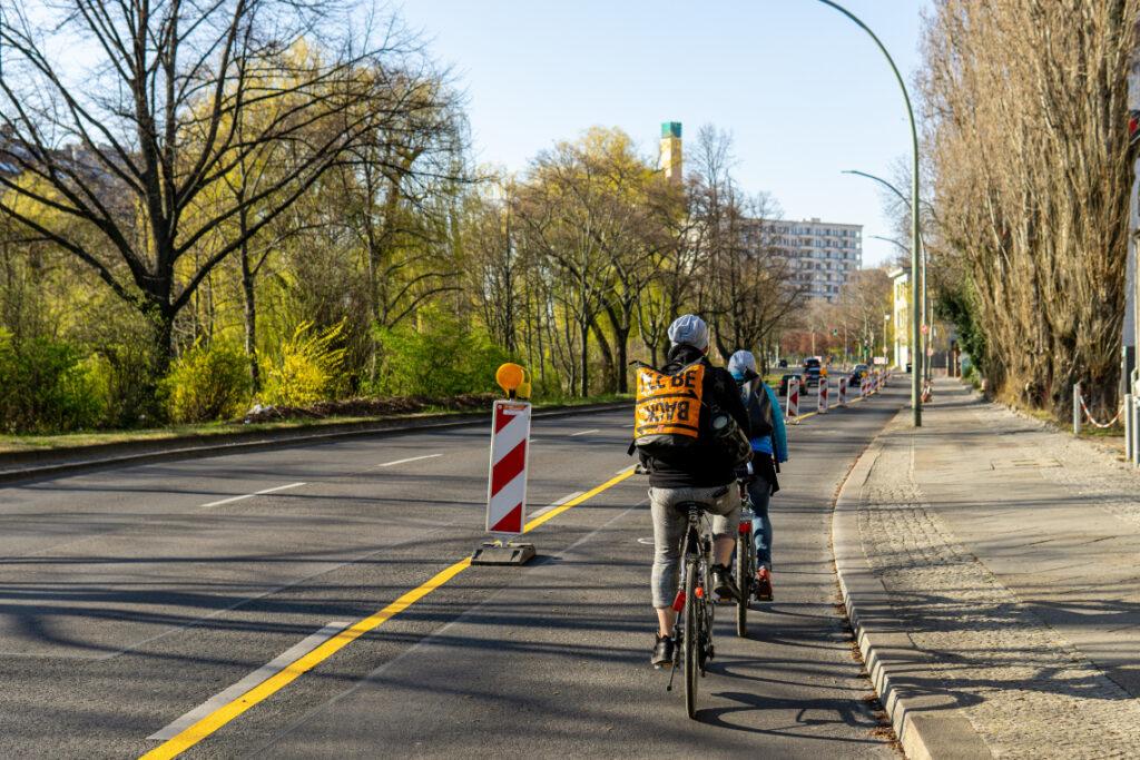 Radfahrende auf Corona Pop-Up-Bikelane in Berlin